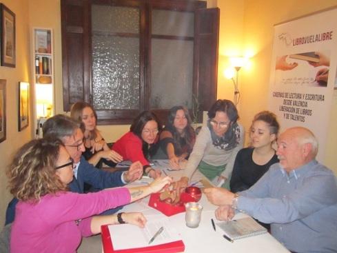 Taller de escritura en Valencia: integrantes del taller de escritura creativa de LIBRO, VUELA LIBRE en Valencia eligiendo el panel de los torneos
