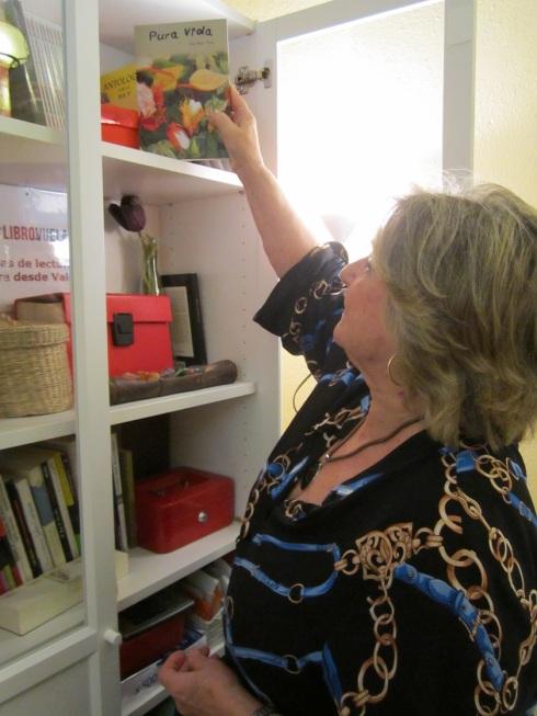 Ana Ruiz Ruiz dejando un ejemplar de Pura vida en la biblioteca de los talleres de escritura de LIBRO, VUELA LIBRE