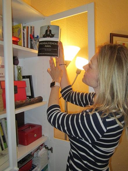 La autora Carolina Rodrigo Fuentes en el club de lectura de los talleres literarios y los cursos de escritura creativa en Valencia de LIBRO, VUELA LIBRE
