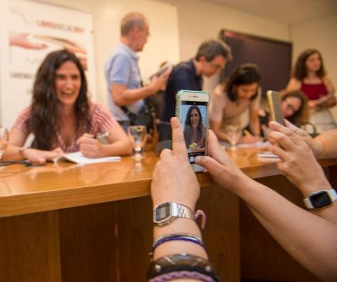 Un momento de la presentación de la antología y de las firmas de los autores en el primero de los eventos literarios en Valencia sobre las liberaciones en curso de LIBRO, VUELA LIBRE