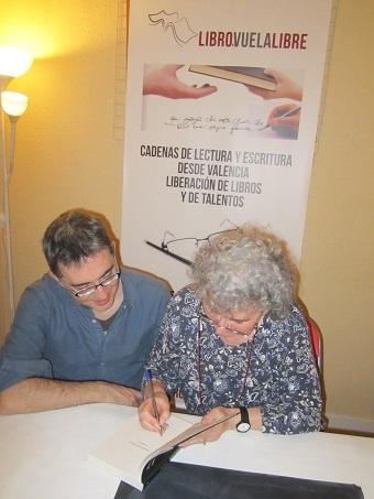 Sandra Bruce y Álex R. Bruce firmando ejemplares de su novela en los talleres literarios en Valencia de LIBRO VUELA LIBRE