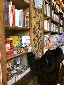 1 Carol Gil con un ejemplar de Cada mirada es única en la famosa Librería Lello