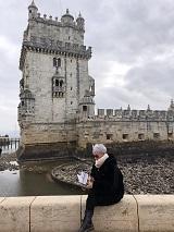 2 La delegada de Libro vuela libre con la antología en Lisboa, frente a la torre de Belem