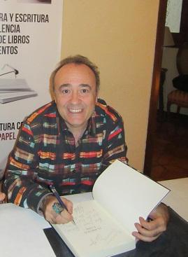 Carlos Aguilar firmando un ejemplar de su libro para el club de lectura de Libro vuela libre