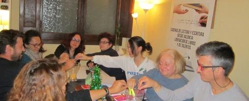 Integrantes del taller de narrativa en Valencia emitiendo su voto